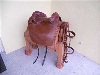 Sattelhalter aufwendig:    Ein edler Sattelhalter in Pferdeform!    Die stilvolle und außergewöhnlic