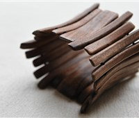 Armband:    Dieses elegante Armband aus Nuß-Holz istaußergewöhnliches Accessoirezum s