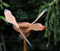 Flugente Fluffty 2012:    Bei Wind drehen sich die Flügel und der Körper zeigt die Windrichtung an.