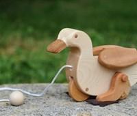 Ducky:    Verwendete Holzarten: Körper: Ahorn; Räder: Rotbuche; Flügel, Schnabel und