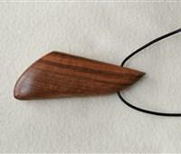 Kette:   Handgefertigte Anhänger aus Kirsch- oder Nussholz, montiert an Lederketten v