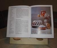 Kochbuchhalter Ahorn:    Gefertigt aus elegantem Ahornholz versieht es seinen Dienst als stummer Hel