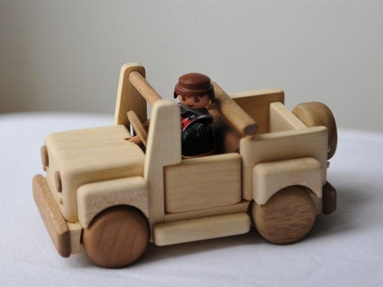 Jeepy, das Auto:      Ausgestattet mit Überrollbügel und groß genug um Spielzeugfiguren mitf