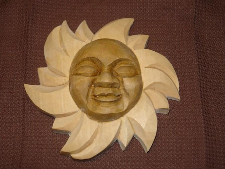 Sonne:   Einzelstück!   Handgeschnitzte Sonne aus Lindenholz   Größe: 15 x 15 cm