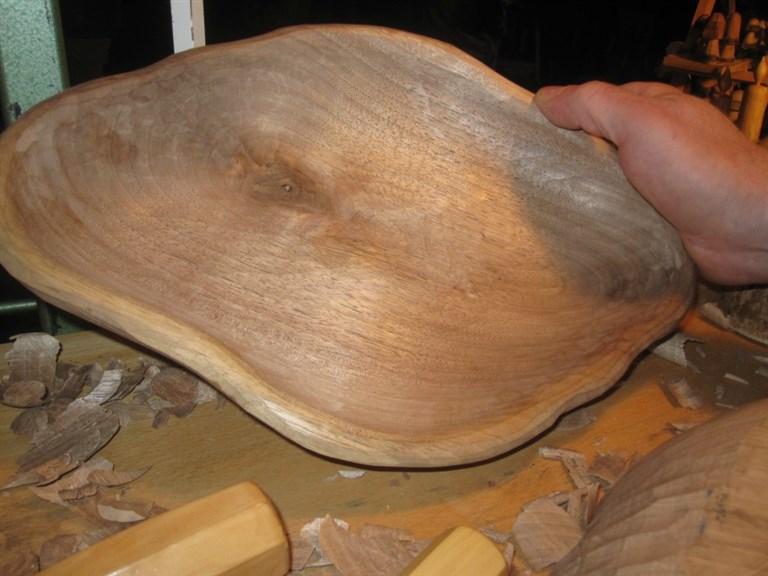 Schale Nussholz:    Handgeschnitzte Schale aus heimischem Nuss-Holz.    Durch die Maserung de