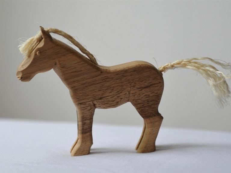 Fohlen:   Kleines Holzpferd mit Schweif und Mähne aus Sisal. Ein treuer Begleiter in a