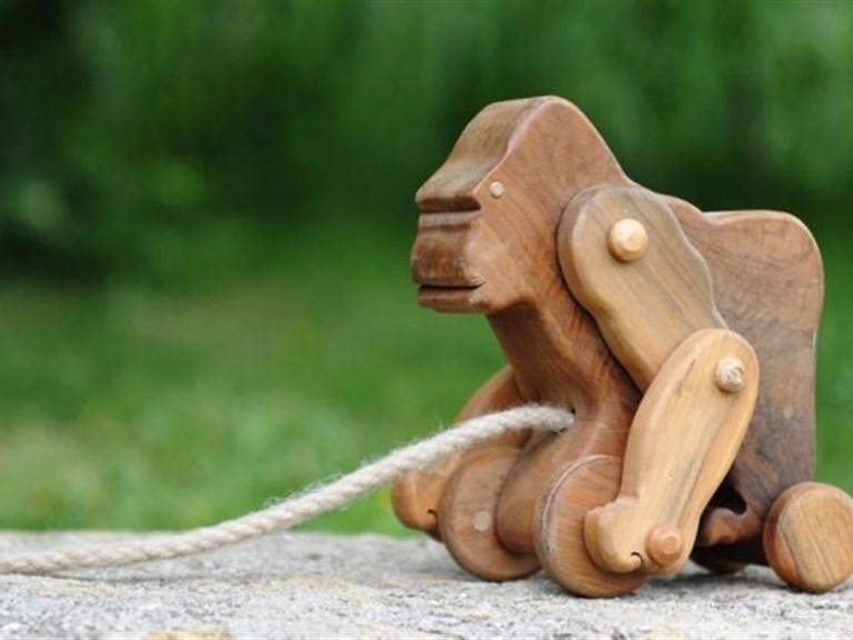 Gonzilla:    Aus Nußholz gefertigter Gorilla mit 5 Stück limitiert und unsigniert.